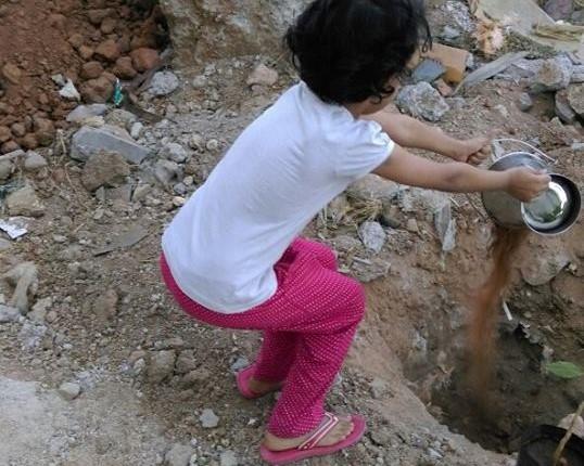 Akshita pouring mud 2